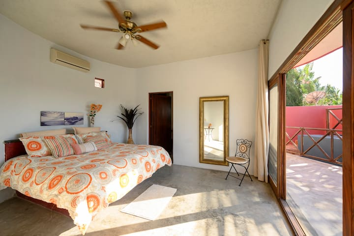 Our Sunset Suite. King Bed, A/C, Ensuite, walk in Closet, Open Air shower