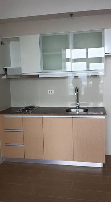 Kitchen Facilities with Cooker, Microwave and Refrigerador