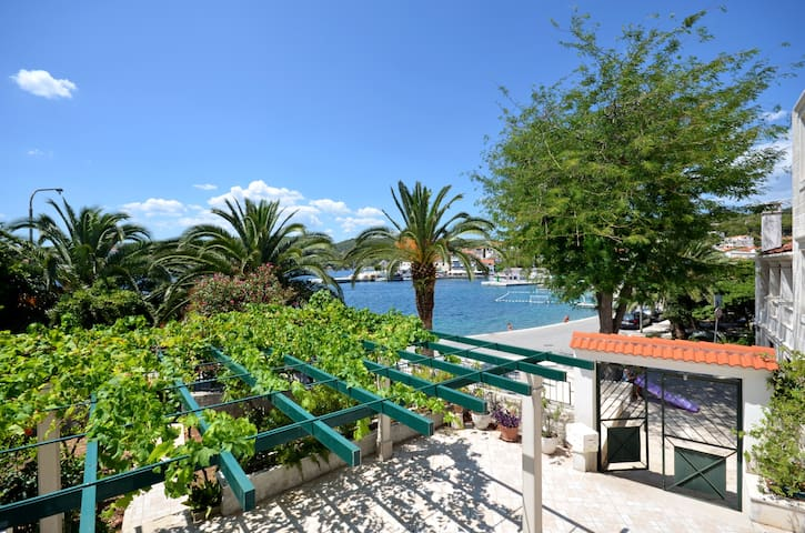 Seafront vacation house 5 meters from beach & sea - sumartin