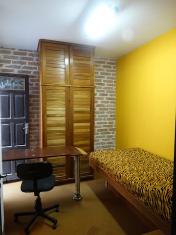 Room with bathroom, bed and half sq - Porto Alegre - Casa