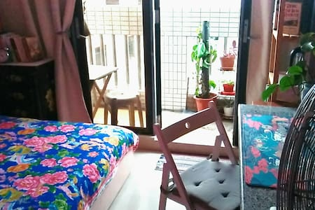 Bright private double room w/balcony + rooftop.