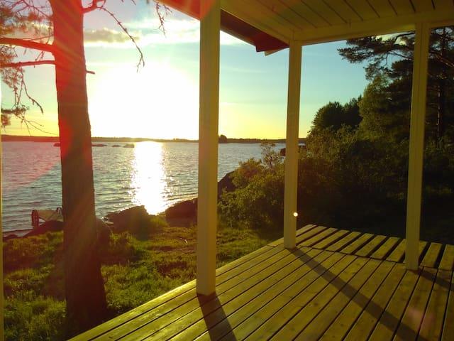 Romantic cottage at the lovely lake fyrsjön
