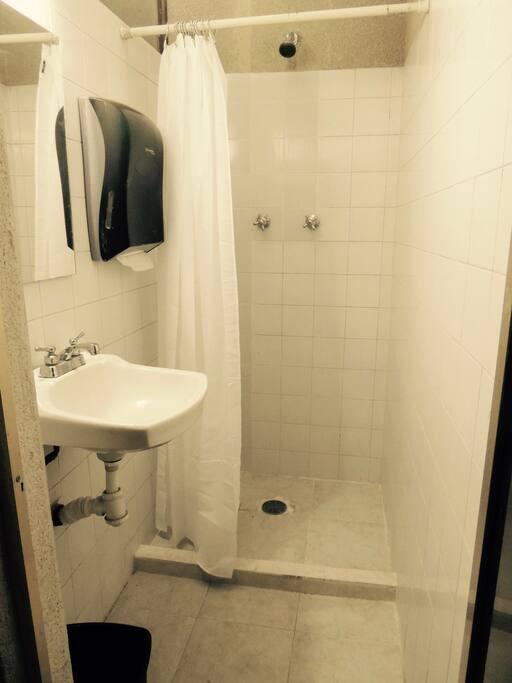 Baño equipado y con área de ducha separada