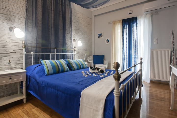 Luxury BLUE airbnb room in Athens tourist area