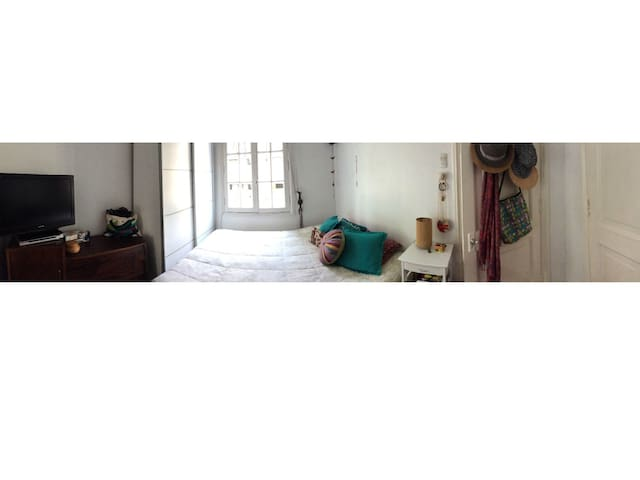 Dormitorio con cama de 2 plazas, incluye sábanas, cubrecama, tv y armario.