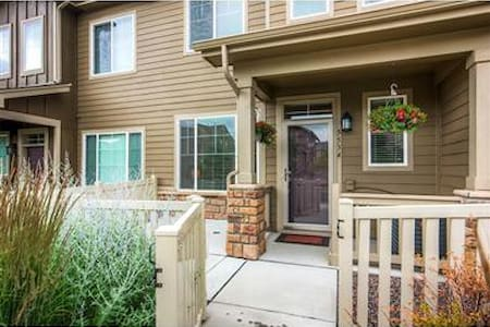 Beautiful TownHome in Quite Neighborhood, Netflix - Arvada - Rumah
