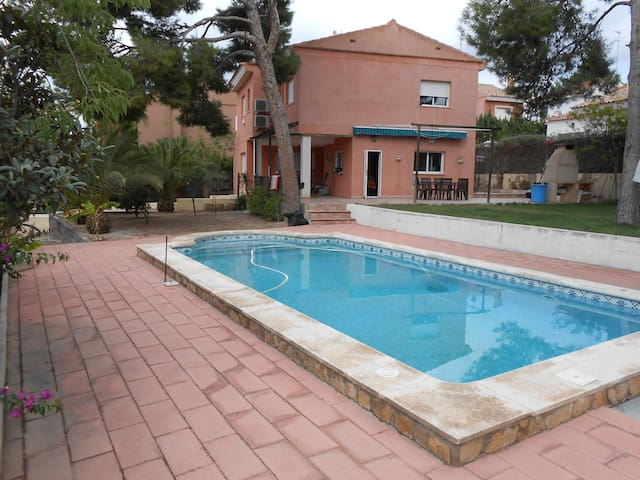 Large bedroom with private bathroom near Valencia - La Canyada - Haus