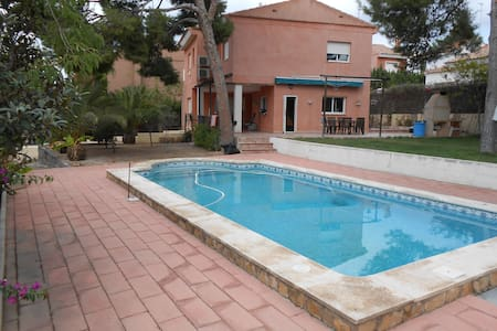 Large bedroom with private bathroom near Valencia - La Canyada - Hus
