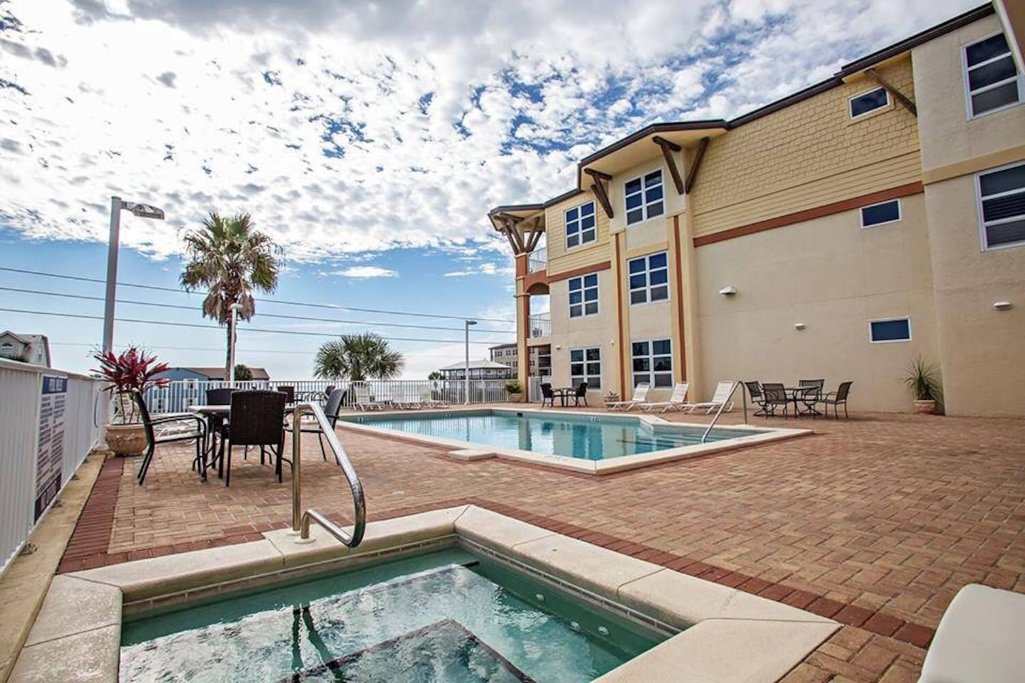 Fabulous 2nd Floor heated pool, spa and sauna with Oceanview.