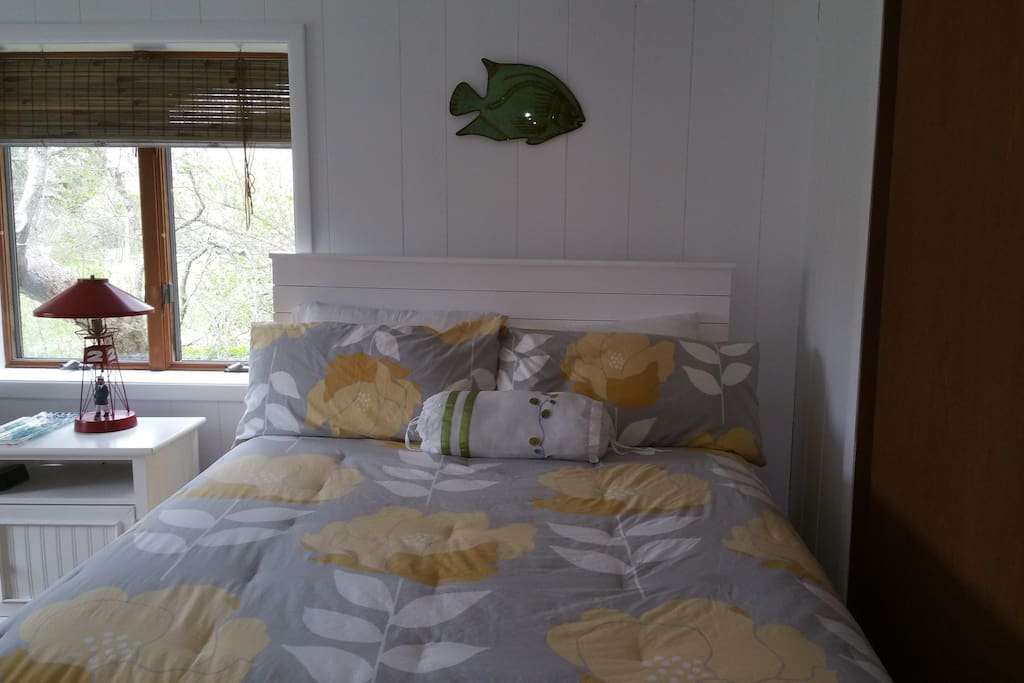 Private bedroom w/ Queen size bed