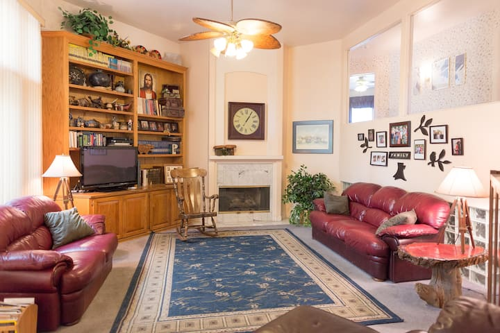 Home for 8+ near Airport/The Strip