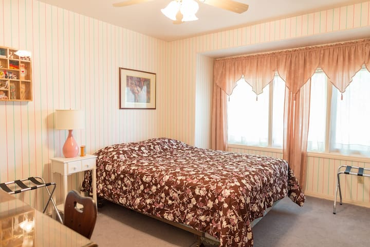Queen Bedroom near Airport/Strip