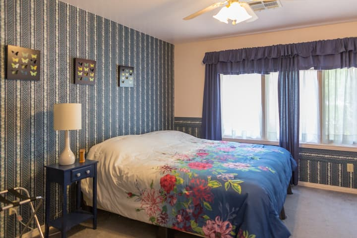 King Bedroom near Airport/The Strip