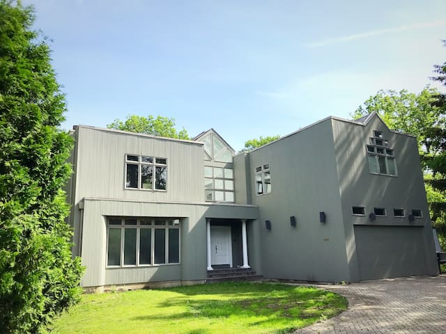 MODERN 4 BR 3.5BA HOUSE NEAR CHICAGO AND O'HARE