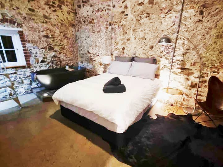'The Stables' Historic luxurious beach side stay