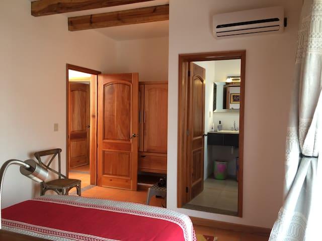 Habitación y baño 1