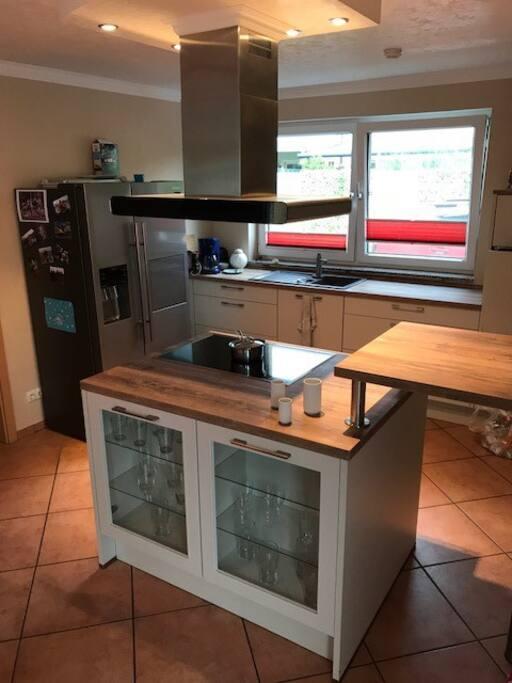 Küche ist vom 2017 - also wie neu. Grosser Kühlshrank, Eisfach mit Eiswürfel Maschine.