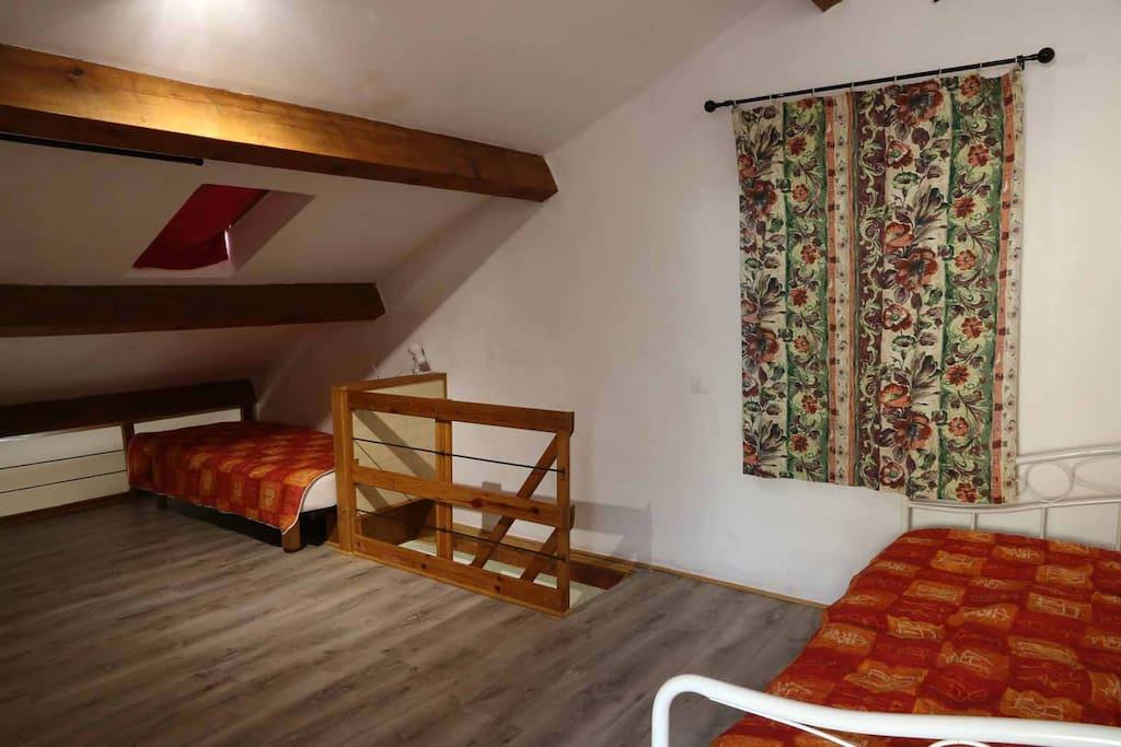 à l'étage, 3 lits individuels
