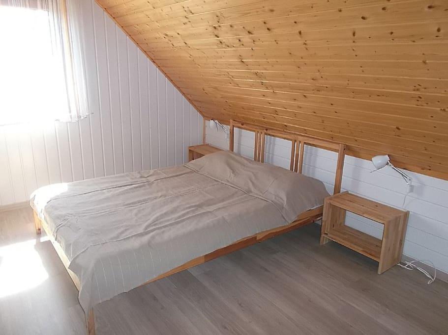 Dwie sypialnie na piętrze. Jedna z szerokim dwuosobowym łóżkiem, druga z dwoma łóżkami jednoosobowymi.