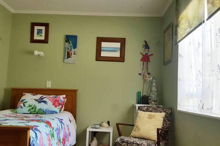 Sunny Twin room - The Ducken Tawa, Wellington NZ