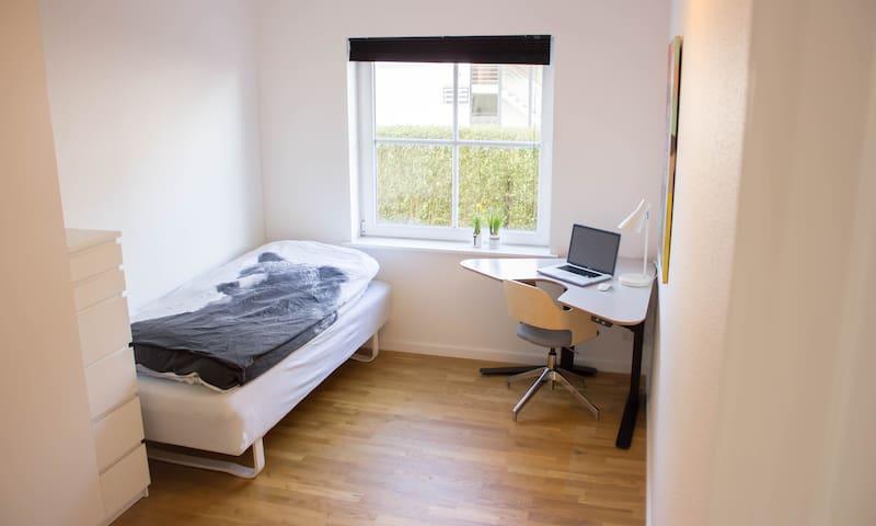 Lyst værelse 8 min i bus t banegård - Aalborg - Condo