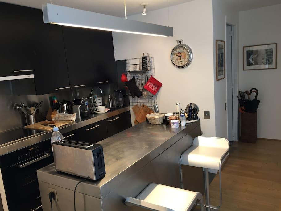 cuisine américaine avec four plaque vitro céramique frigidaire , lave vaisselle, congélateur grille pain four a micro ondes