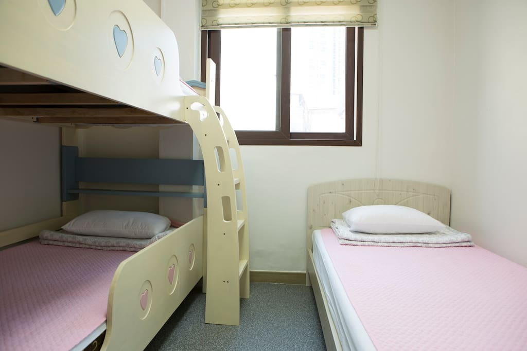 One single bed and one bunk bed(single+single)
