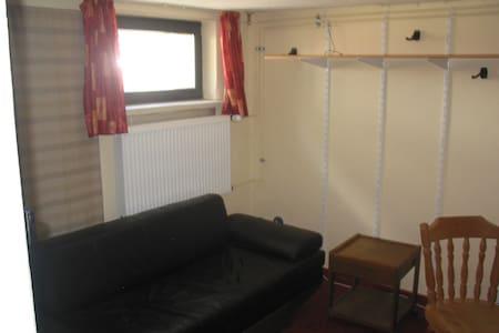 Zimmer Souterrain in Wohnhaus - Scheeßel - บ้าน