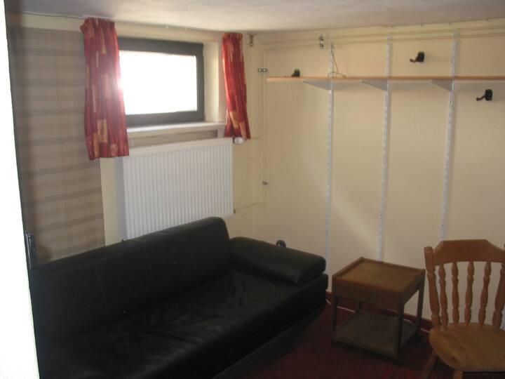 Zimmer Souterrain in Wohnhaus