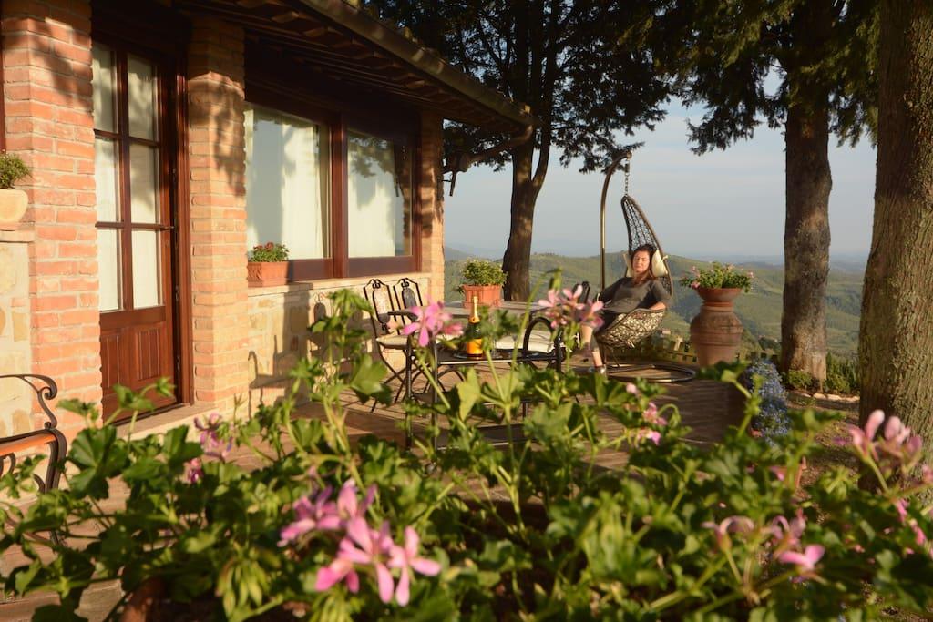 Relax sotto il portico. Vista lago e colline