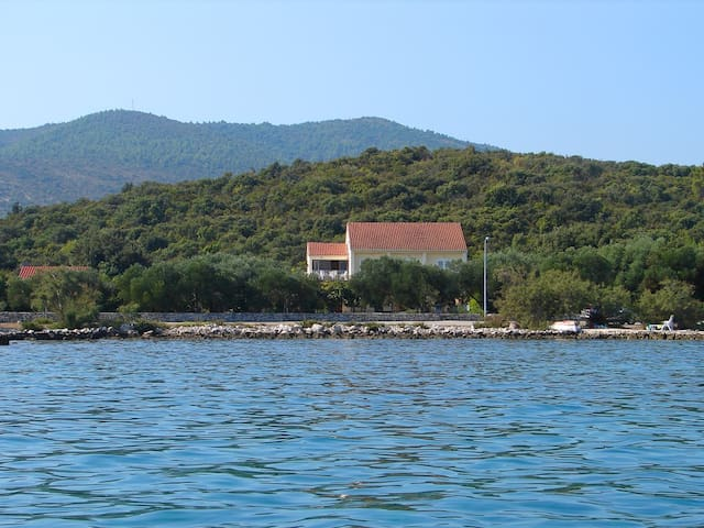Seaside house on a large property - Drače - Apartment