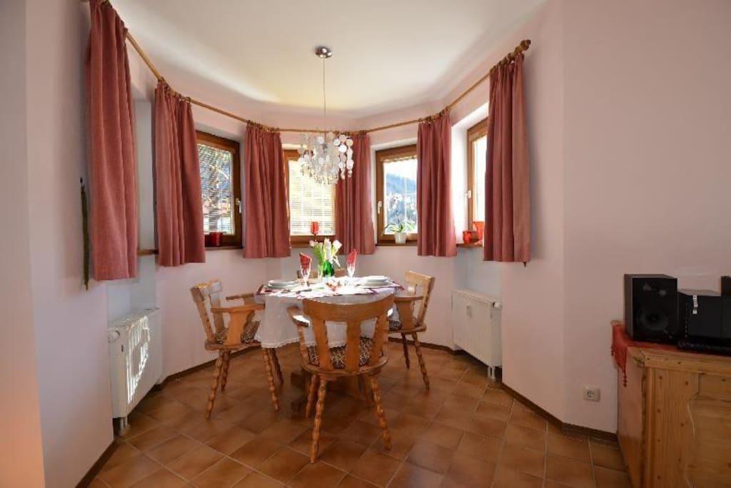 Wohnzimmer mit Esserker nach Süden ausgerichtet und mit prachtvollem Rundumblick.