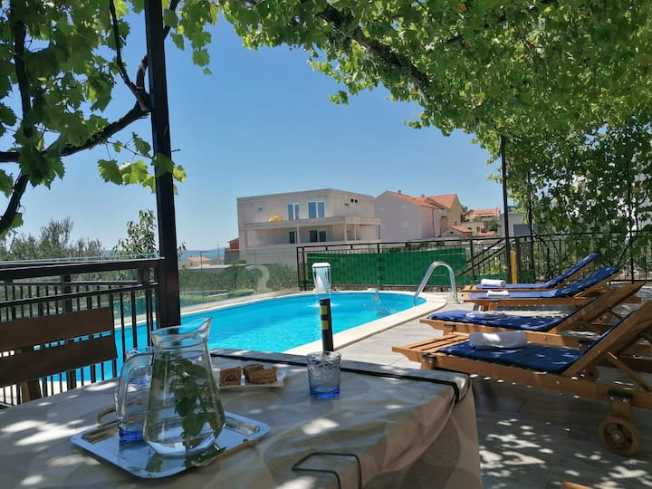 Modern guest house *Dijana* with pool near Split