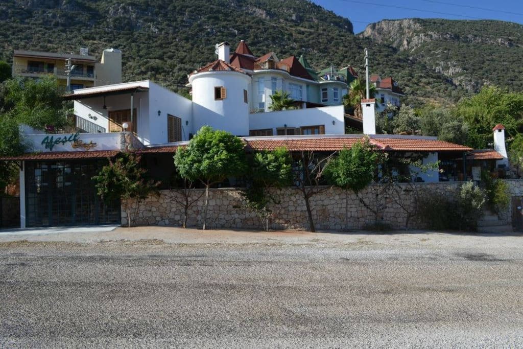 Access to free parking, bus in every 30min to the citycenter; passing by the front of the villa