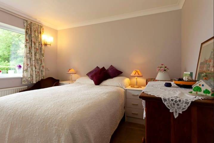 Felsted home sleeps 3- 2 bd 1 bth. Airport pickup.
