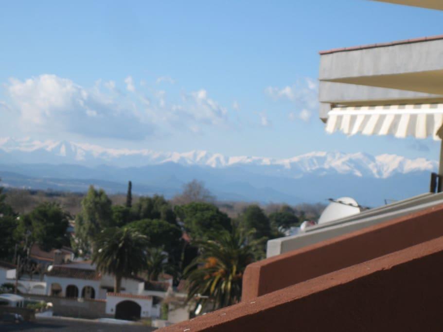 vistas a los pirineos desde el balcon