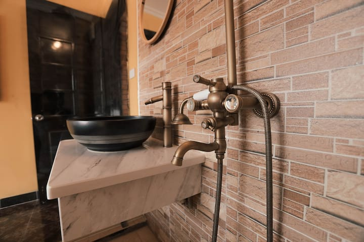 Industrial with private bathroom near 2 Lakes