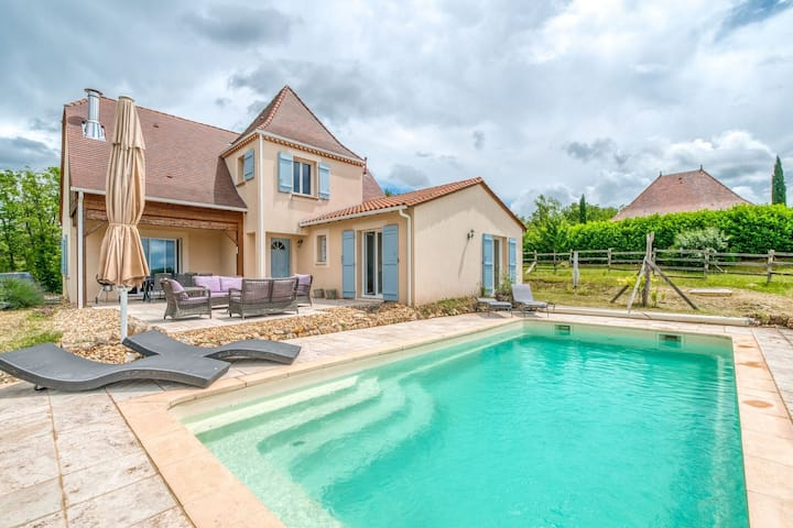 Quaint Villa in Aquitaine with Swimming Pool