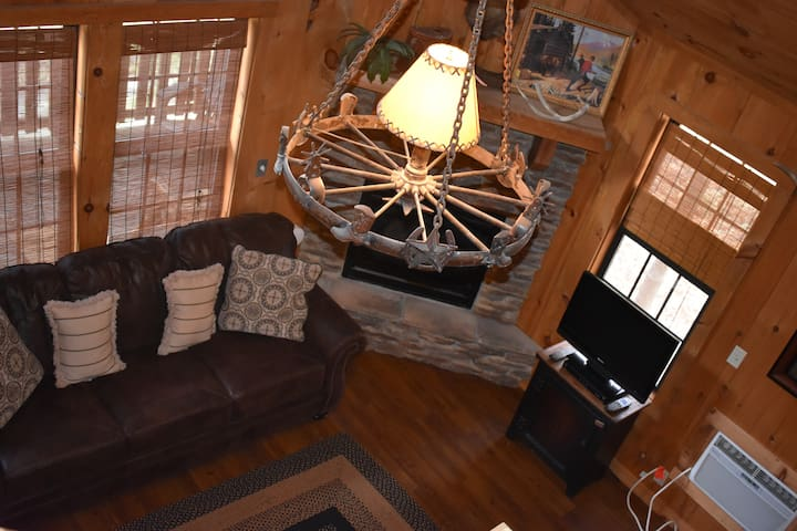 Cozy Cabin minutes from Branson!