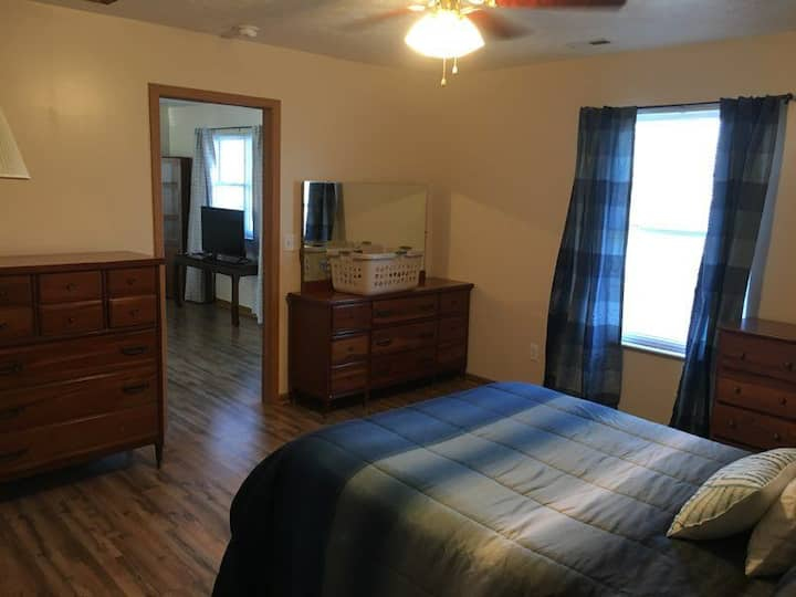 2 Bedroom Apartment Near Noah's Ark