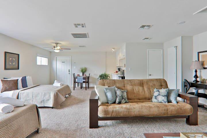 Huge Cozy Suite ~ Private Entrance & Bath