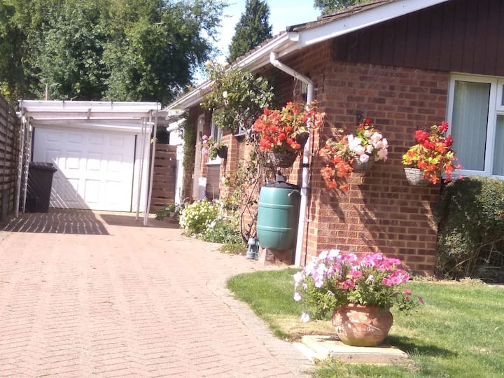 """""""Farling b & b ..... cycles are available for exploring area;  and well-behaved dogs are welcome to stay."""""""