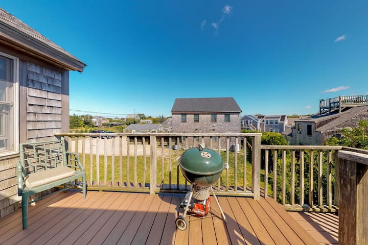 Newly-remodeled condo near the ocean w/ deck & gas grill - Dogs OK!