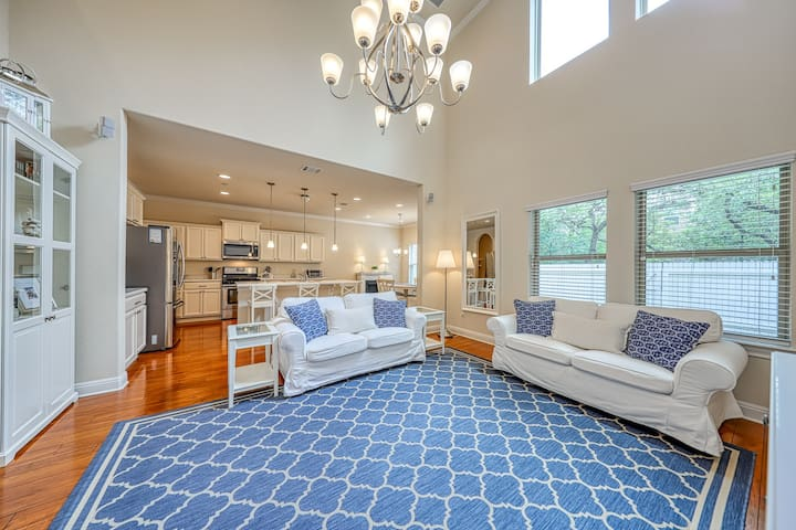 Family-friendly townhome w/ enclosed yard & patio - close to Lake Travis!