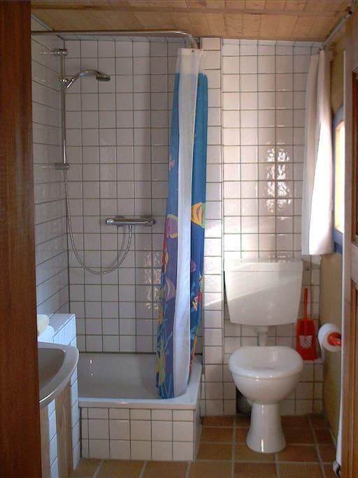 Bad mit Dusche und Blick auf´s Feld