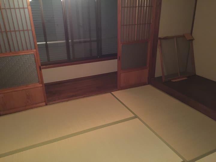 Wi-Fi あります名古屋駅から約40分にある蒲郡市竹島町の一軒家の中のお部屋になります。