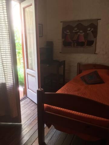 Acogedora habitación privada en casa familiar