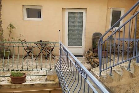 Grand studio avec terrasse - Pont-Saint-Esprit