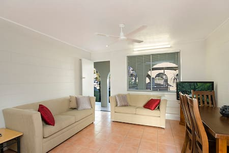 Quiet, clean 2-bedroom apartment. - Lägenhet