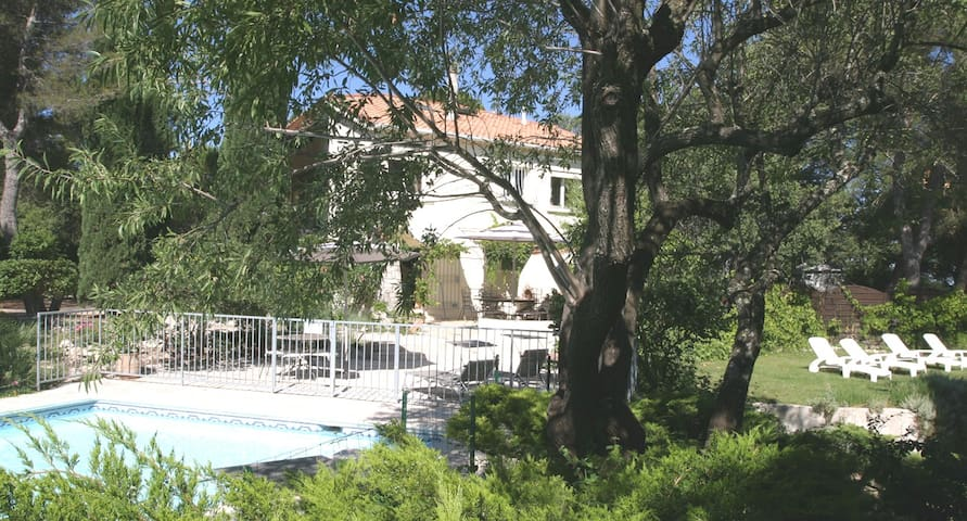 Room in great landscaped park, pool - Mimet - Apartment